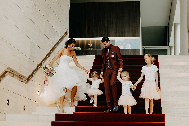 Stadhuis Lommel uittrede bruidspaar op trap met bruidskindjes