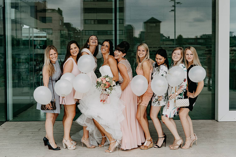Stadhuis Lommel groepsfoto met bruid en vriendinnen