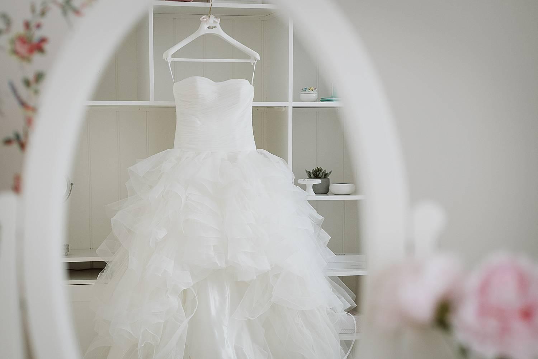 Detail witte bruidsjurk in spiegel