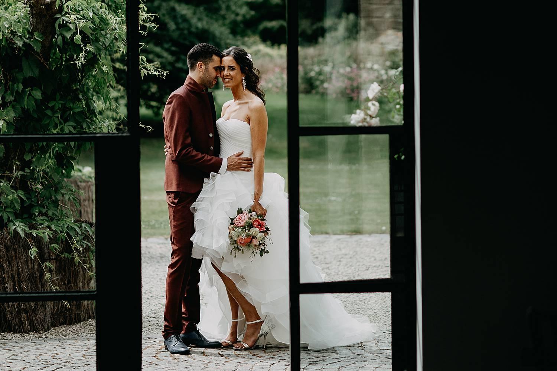 De Barrier huwelijk bruidspaar door raam feestzaal