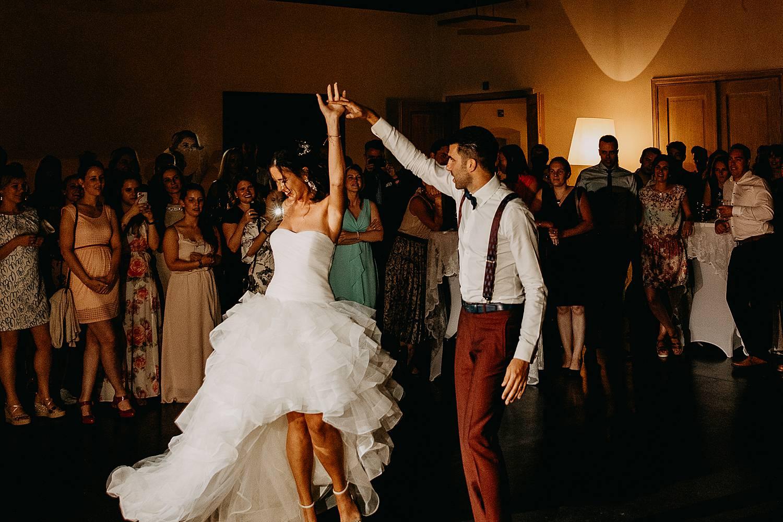 De Barrier huwelijk bruidspaar danst openingsdans feestzaal