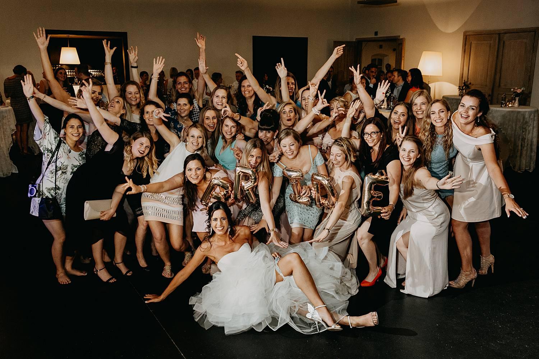 De Barrier huwelijk groepsfoto op dansvloer