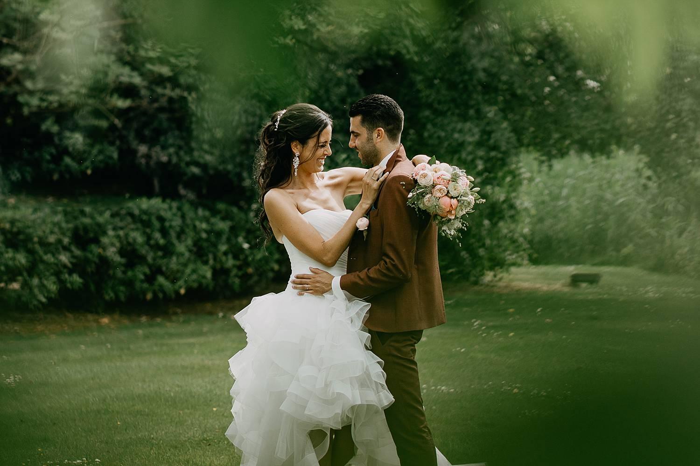 De Barrier huwelijk bruidspaar huwelijksreportage in tuin