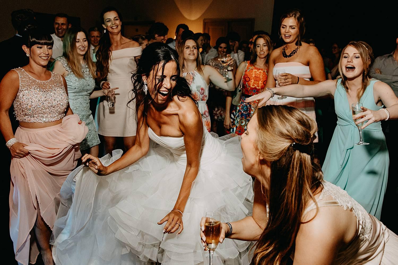 De Barries huwelijk bruid danst party