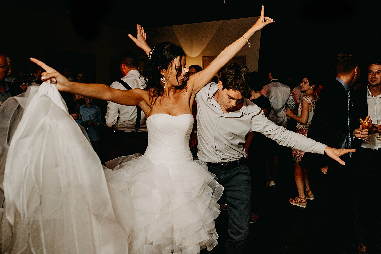 De Barrier huwelijk bruid danst met vriend