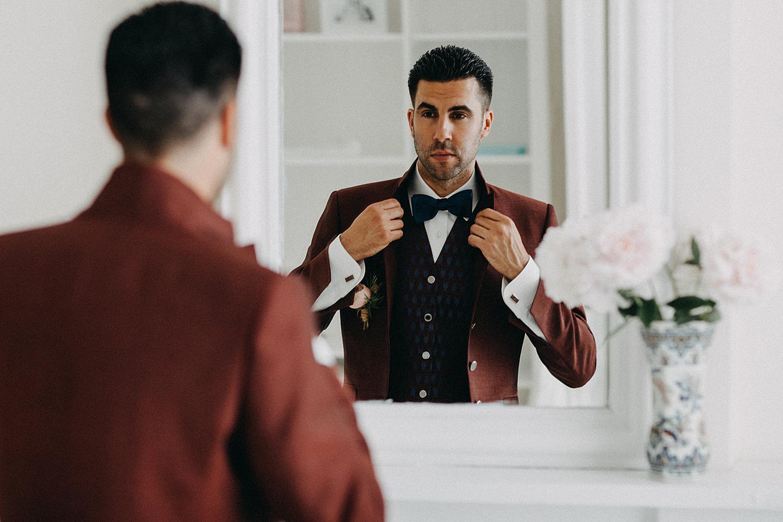 knopen strik bruidegom in spiegel