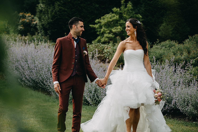 bruid bruidegom wandelen hand in hand tuin