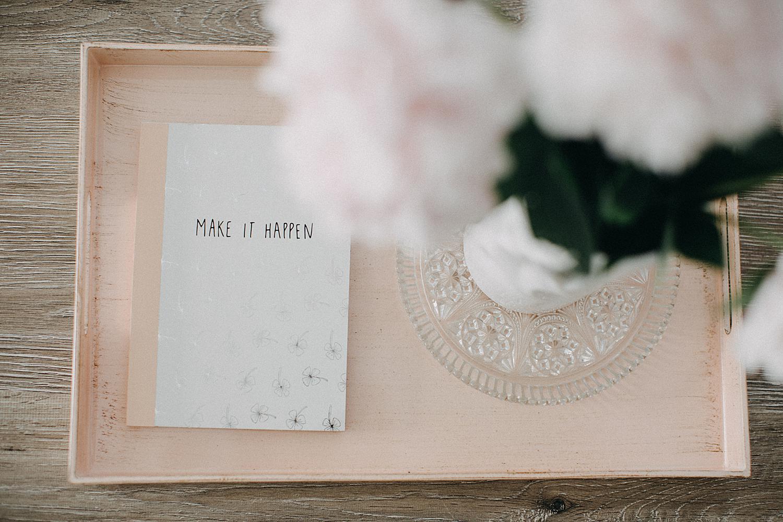 agenda en roze pioenrozen huwelijk