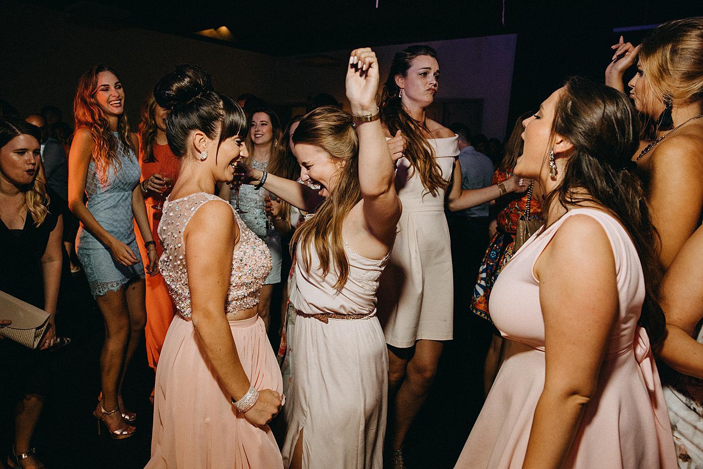 De Barrier dansfeest huwelijk vriendinnen maken plezier