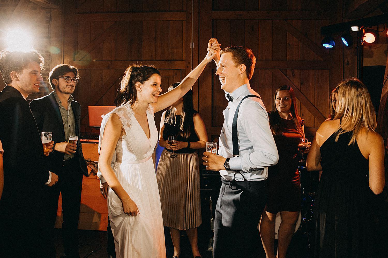 bruid en bruidegom dansen huwelijk feestzaal De Schuur Kermt