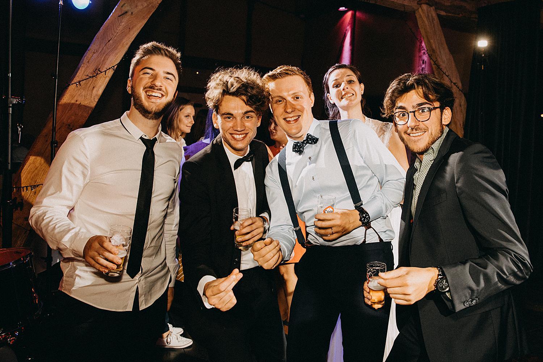 bruidegom met vrienden feestzaal huwelijk