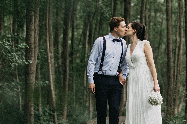 bruidspaar kust in bos Kiewit Hasselt