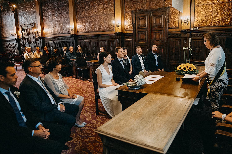bruidspaar in Stadhuis Hasselt voor huwelijk