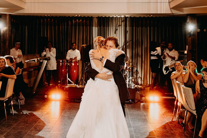 Fonteinhof huwelijk bruid knuffelt vader dansvloer