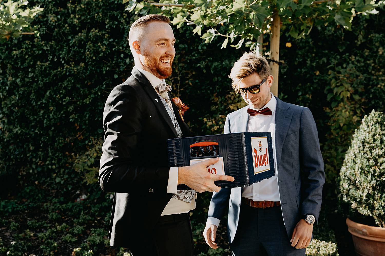 Fonteinhof huwelijk buitenreceptie bruidegom ontvangt cadeau bierbak