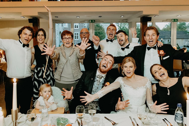 Fonteinhof huwelijk groepsfoto eretafel feestzaal