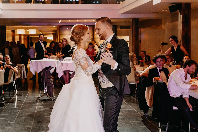Fonteinhof huwelijk openingsdans bruidspaar op dansvloer