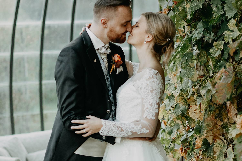 Fonteinhof huwelijksreportage bruidspaar kust in serre