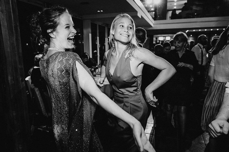 vriendinnen dansen feestzaal huwelijk Fonteinhof