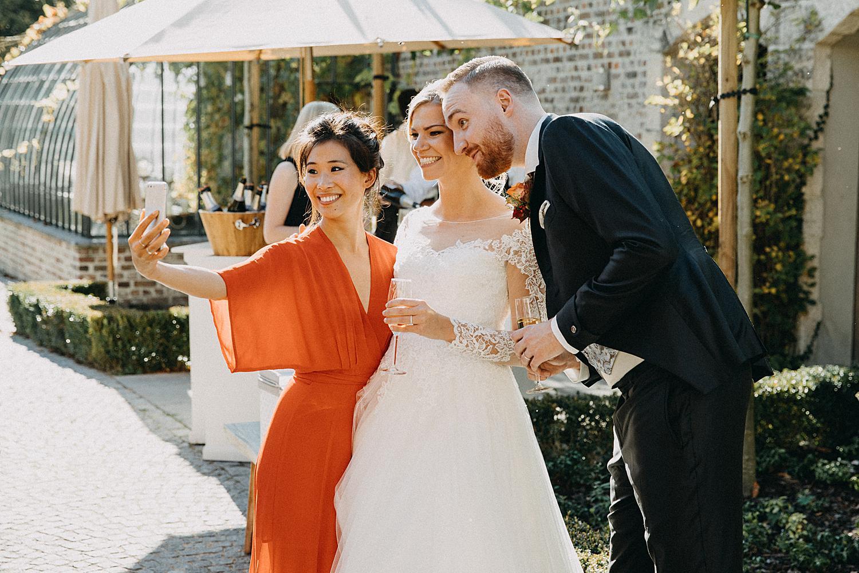 vriendin maakt selfie met bruid in tuin