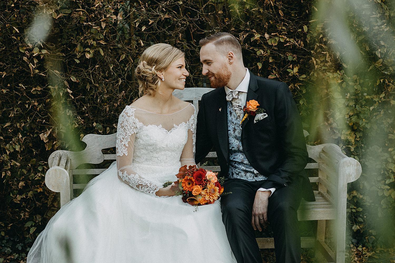 bruidspaar op bank in tuin Fonteinhof