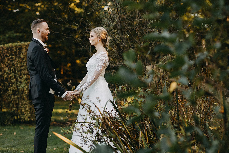 bruidspaar hand in hand tuin Fonteinhof