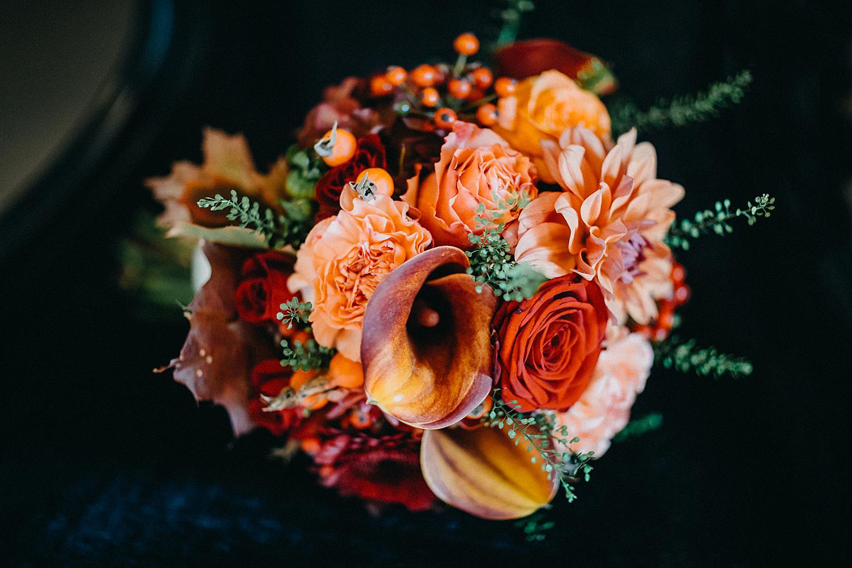 bruidsboeket in rood en roze