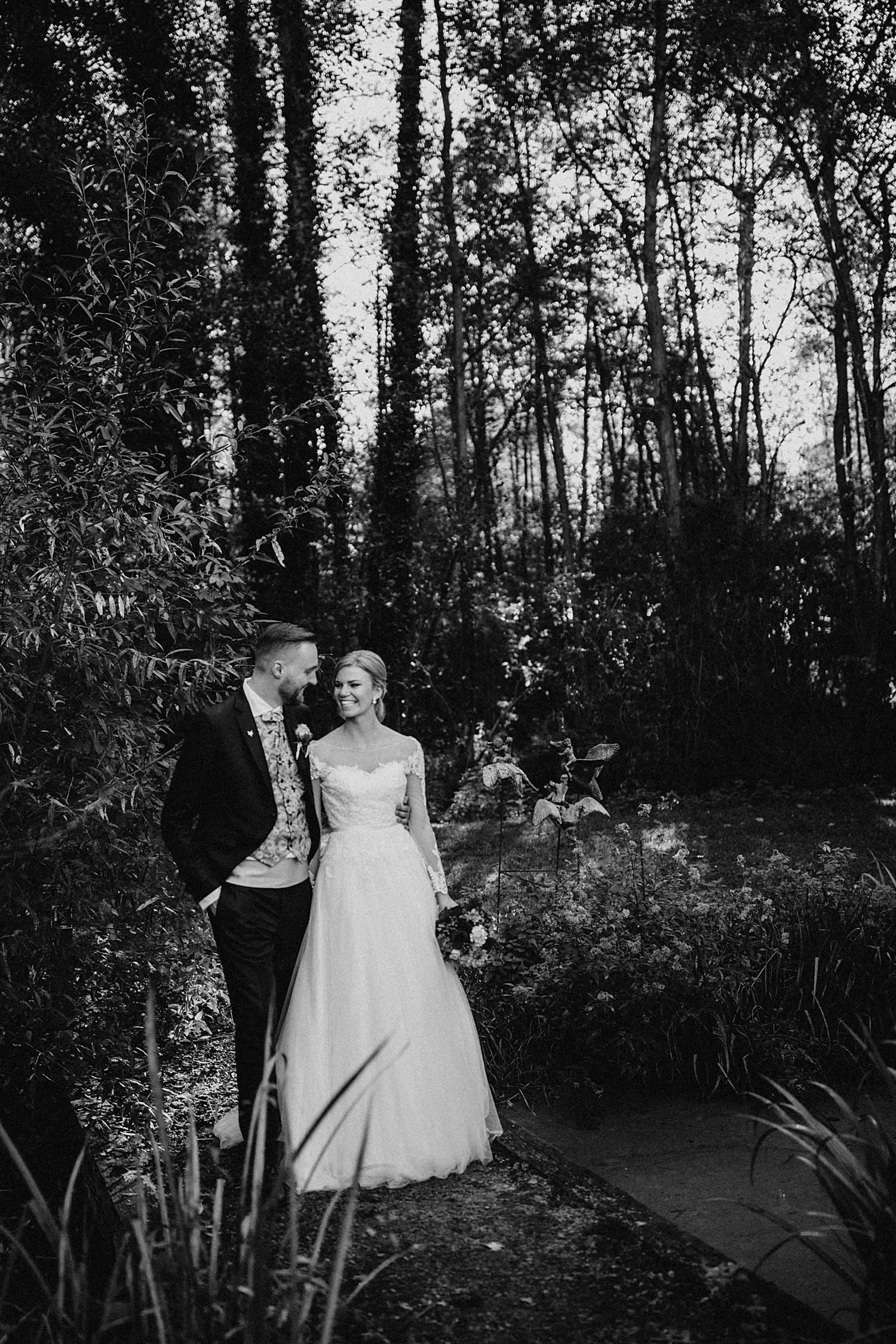 Bruidspaar wandelen in tuin Fonteinhof