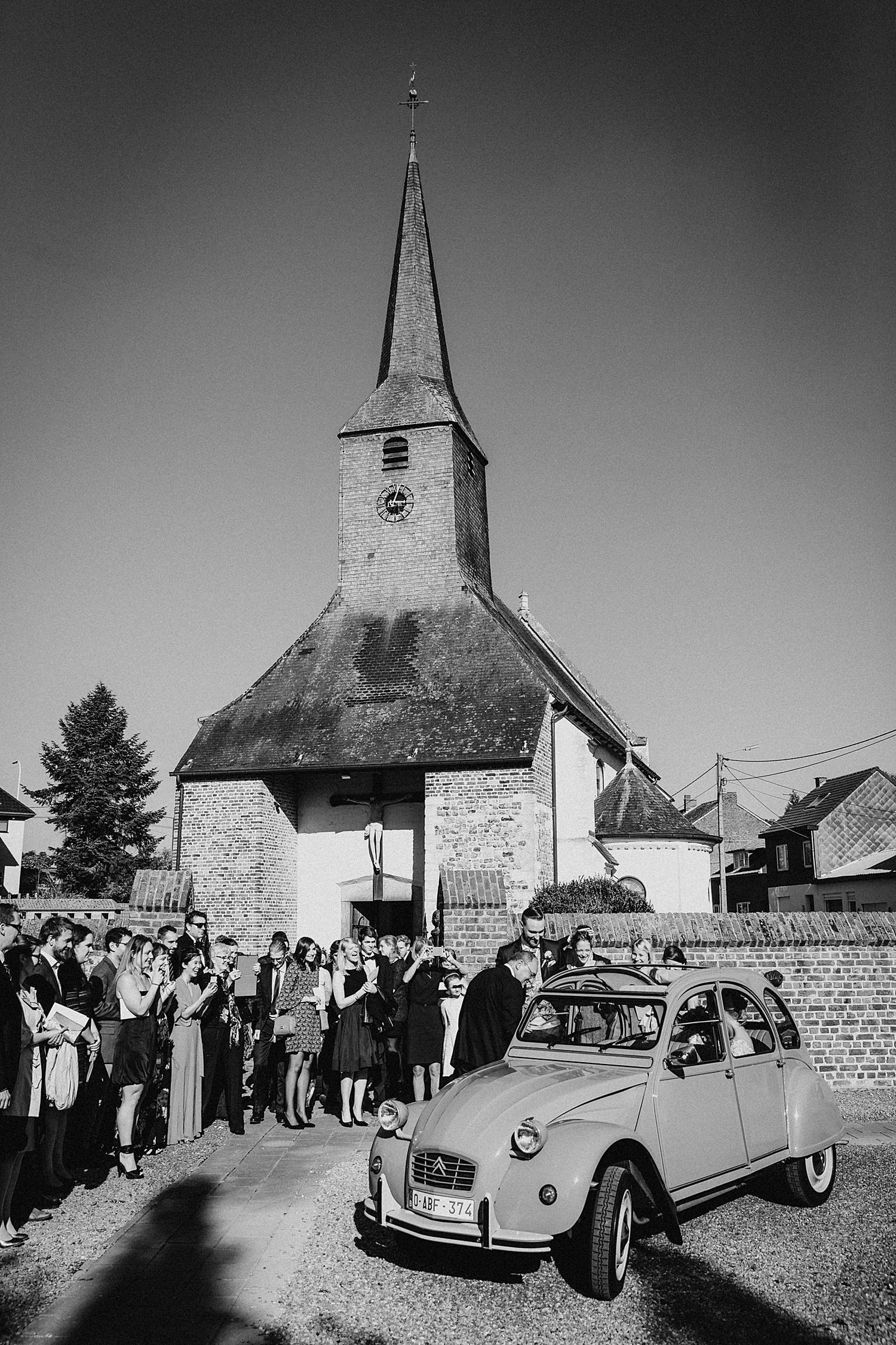 Mensen wachten buiten aan kerk