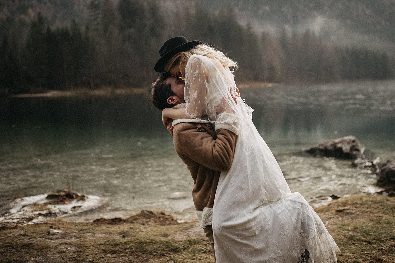 Piggy bag pose winter huwelijk Oostenrijk