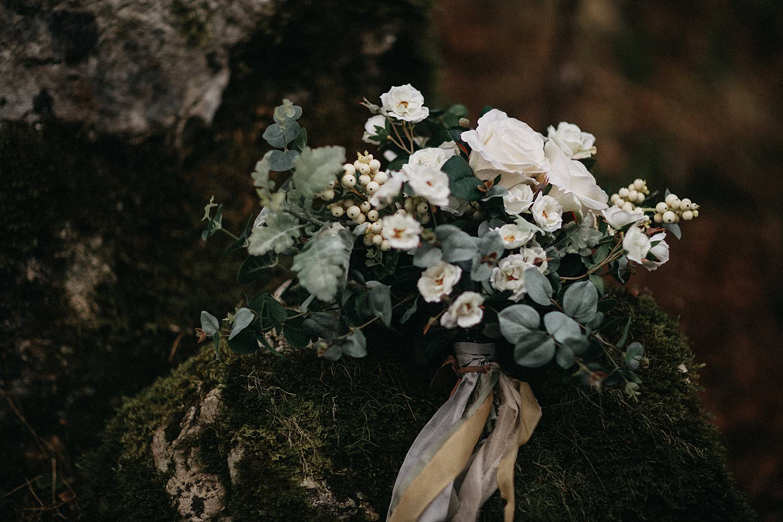 detail wit bruidsboeket op rotsen in bos Oostenrijk