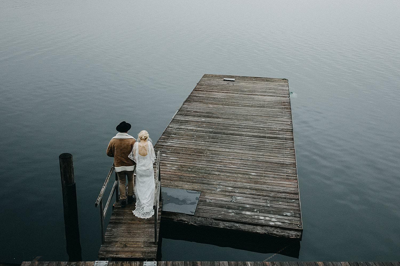 bruidspaar aan meer Oostenrijk