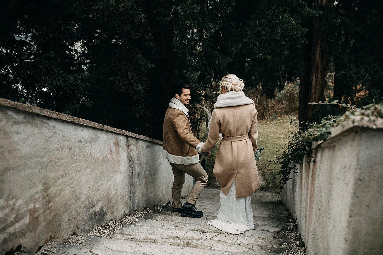bruidspaar op trap aan kerk Oostenrijk