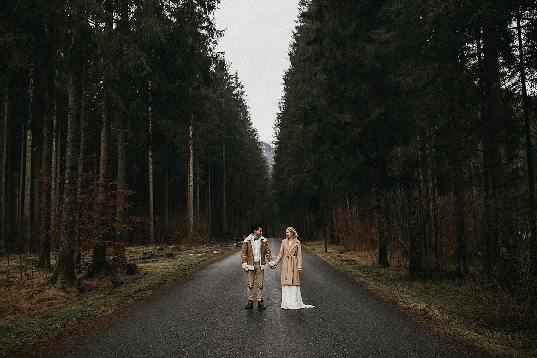 bruidspaar op weg in woud Oostenrijk