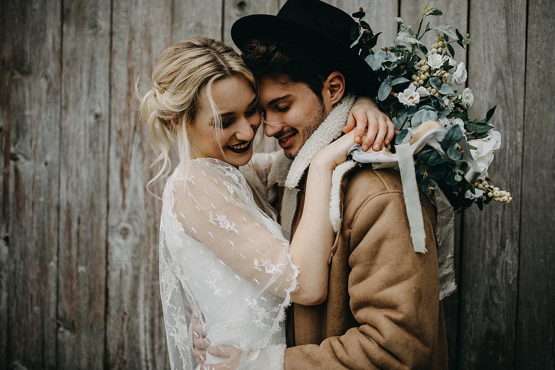 detail bruidspaar knuffel voor schuur