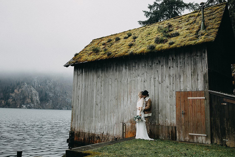 bruidspaar aan houten schuur meer Oostenrijk