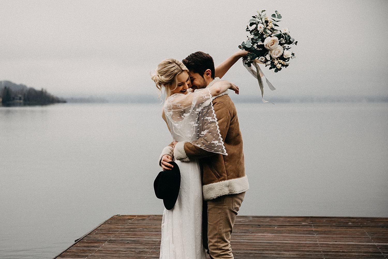 Knuffel bruidspaar huwelijk Oostenrijk