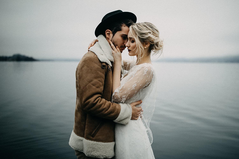 intense pose bruidspaar meer Oostenrijk