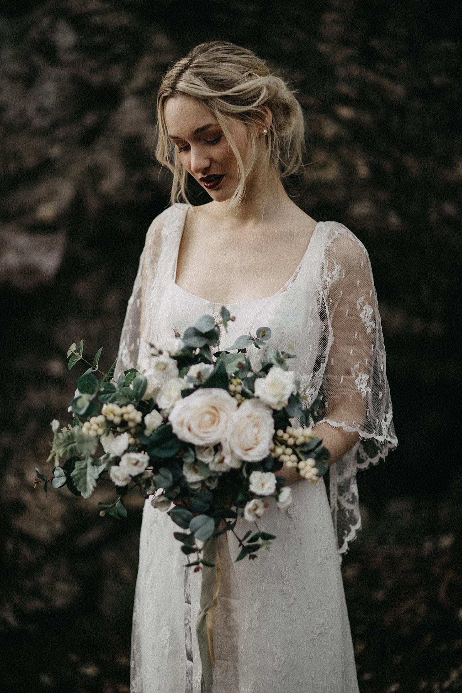portret bruid met bruidsboeket in woud Oostenrijk