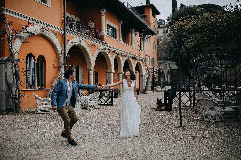 Koppel dans op terras Villa le Fontanelle Toscany