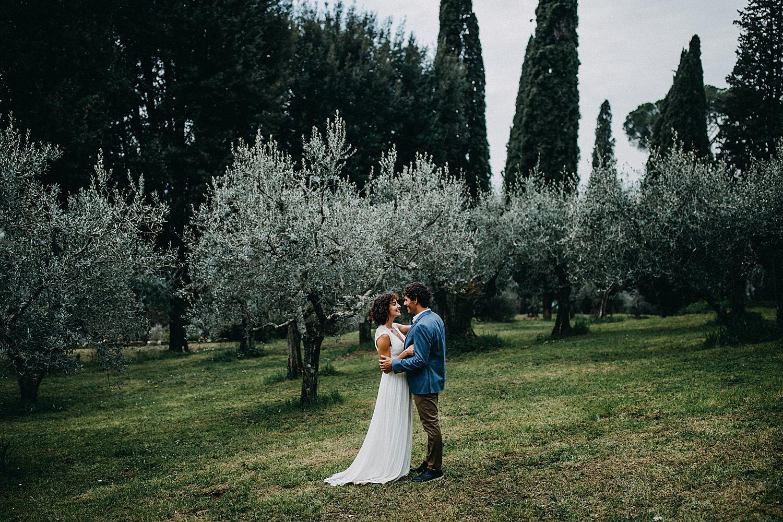 Koppel knuffelt in olijfboomgaard Villa le Fontanelle Florence