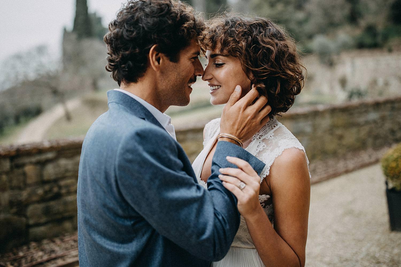 Koppel knuffel Toscaanse villa huwelijk
