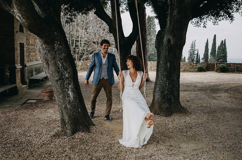 Toscany wedding koppel op schommel