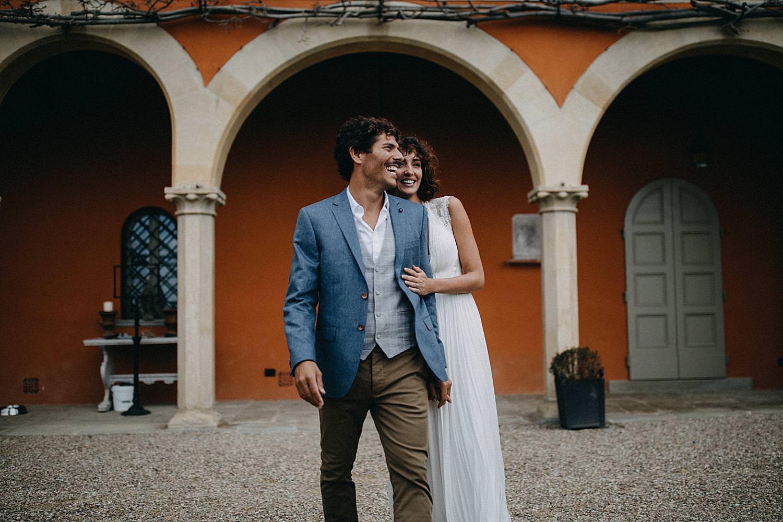 bruid knuffelt bruidegom Toscaanse Villa le Fontanelle