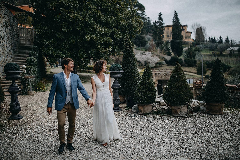 Koppel binnenkoer Villa le Fontanelle Toscany wedding
