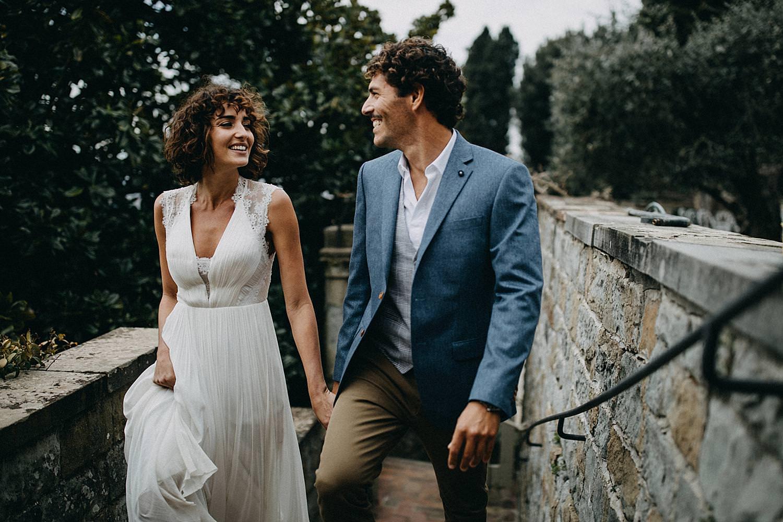 Koppel wandelt op trap Toscaanse Villa