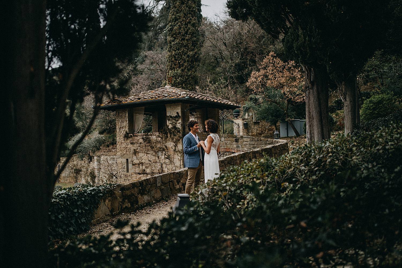 huwelijk Toscaanse villa koppel in tuin