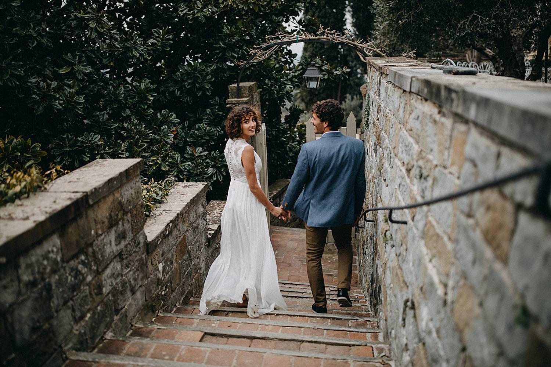 Koppel wandelt trap af Italiaans Huwelijk Toscany