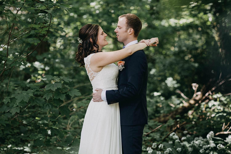 Sterrebos huwelijksreportage bruidspaar in bos