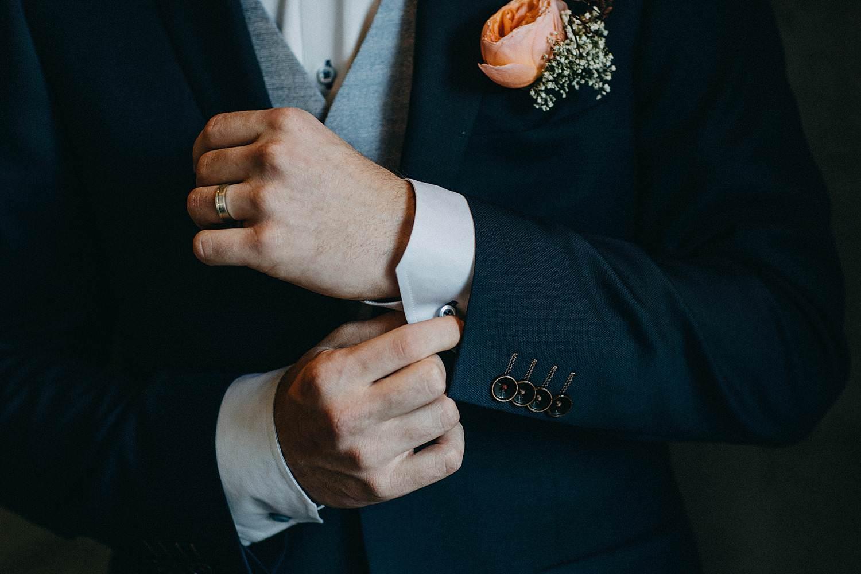 Dichtknopen vest bruidegom